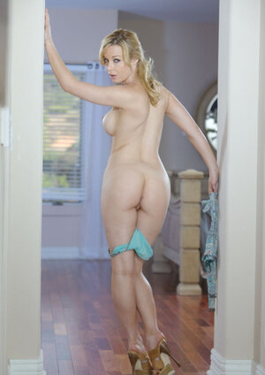 Enjoyable blonde wakes up and additionally seductively undresses while staying in doorway