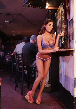 Broad with hot face and plus natural titties does mind blowing strip in the pub